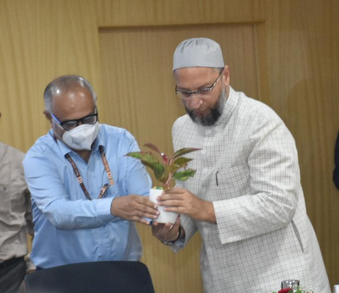 aimim-president-hyderabad-mp-barrister-asadowaisi-attended-the-meeting