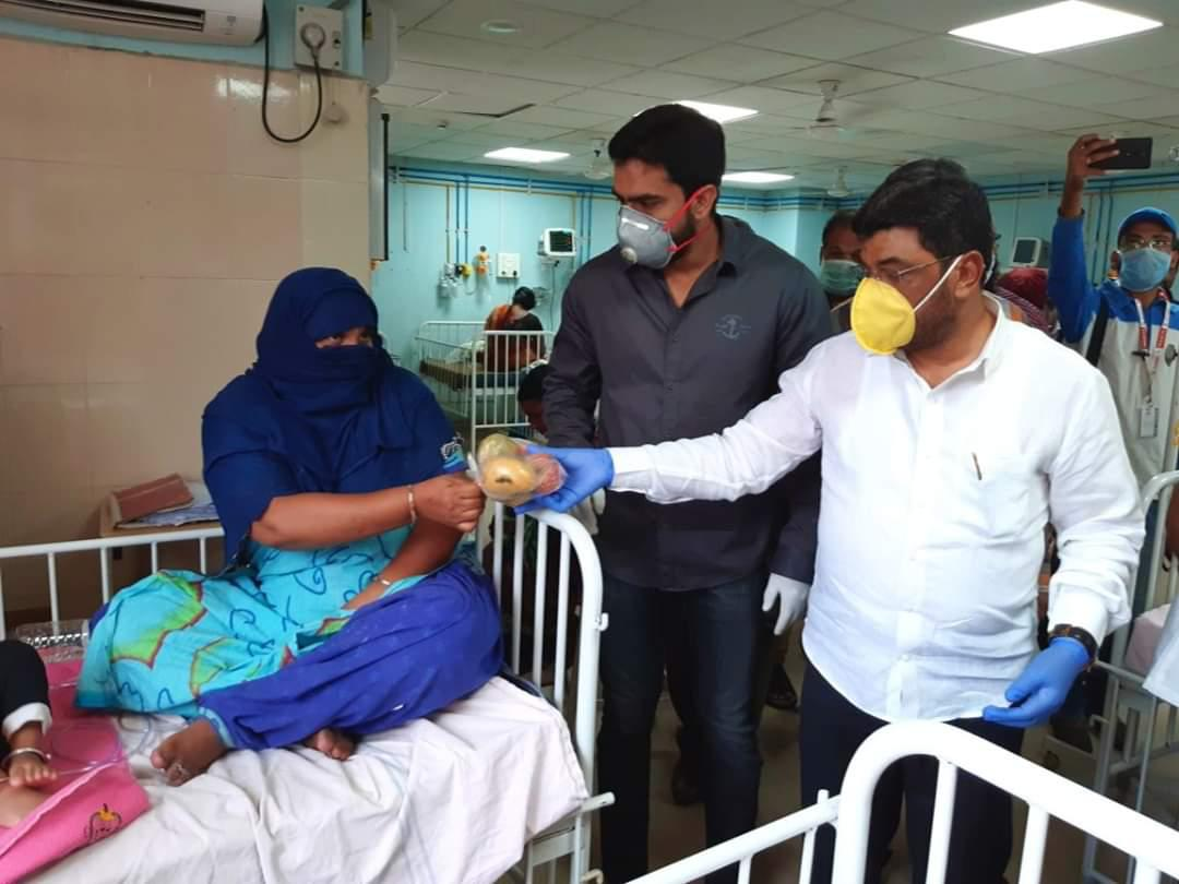 Coronavirus Cause: MLA Jaffar Hussain Meraj distributed 1,000 friuts packet at Niloufer Hospital