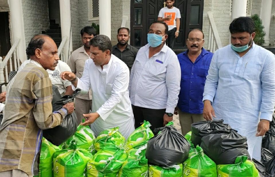 Karwan MLA Kausar Mohiuddin provides ration kits  in Mustaidpura under Karwan Division to the needy