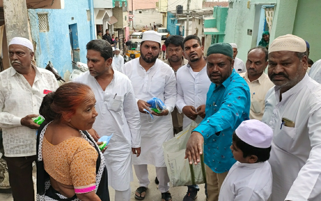 Karwan MLA Kausar Mohiuddin distributes soap aur face mask in surrounding areas of Hakeempet to spread awareness of COVID-19