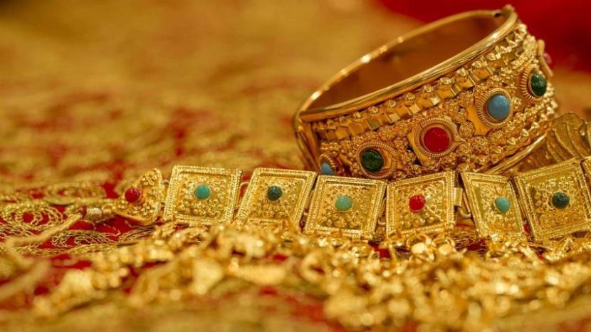 Gold slips below Rs.32,000 on low demand,global cues