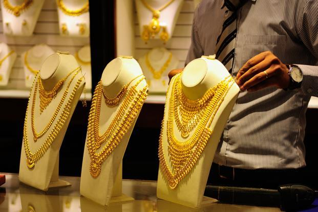 Gold prices fall Rs 372 on weak demand, strong rupee