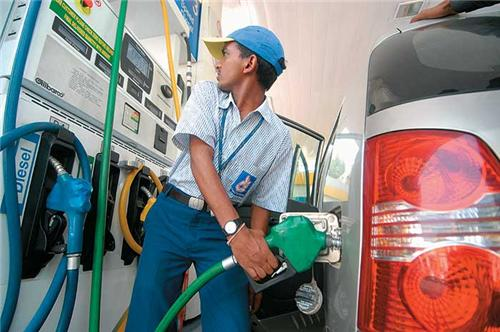 Petrol price may drop to Rs 30 a litre, self-drive cars to kill automobile industry