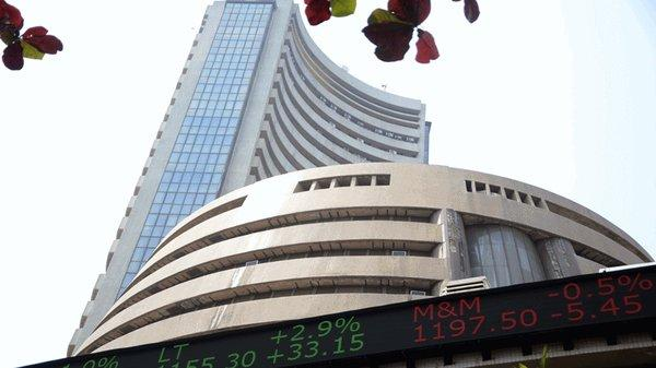 Sensex regains 260 points in early trade today