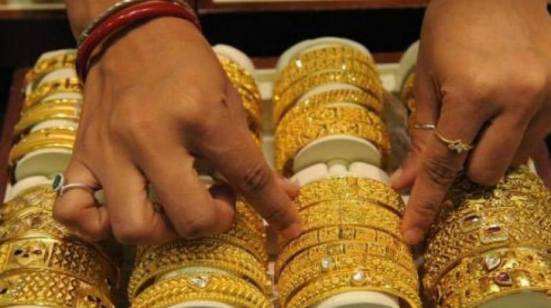 Gold bounces back on jeweller-buying; silver remains weak