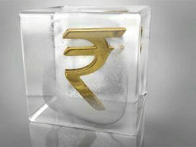 Rupee halts 4-day rally on RBI policy eve, down 7 paise