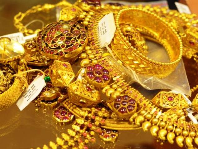 Gold slumps to 11-month low of Rs.27,550