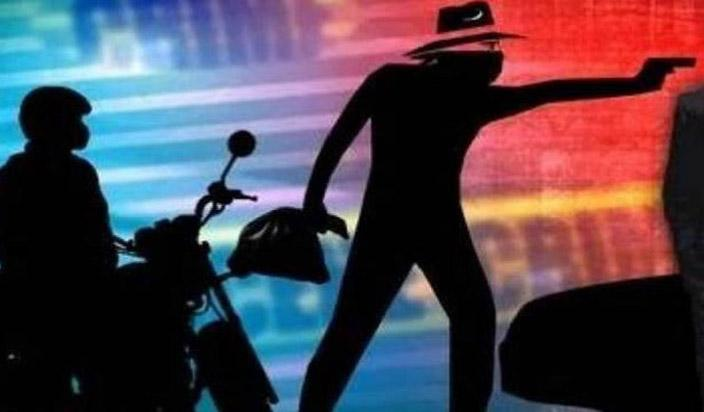 Gang of five persons looted Rs.19 lakh from businessman