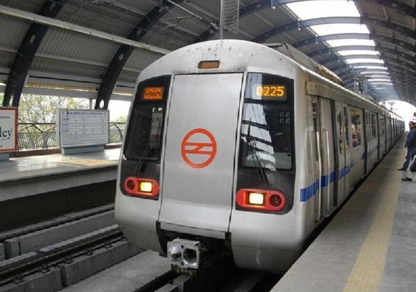 Woman commits suicide at Delhi metro