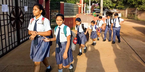 telangana:panchayatorganises'bandbaaja'towelcomestudentsreturningtoschoolafter15years
