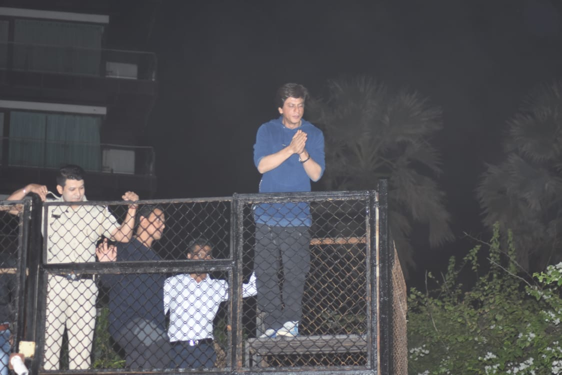 Shah Rukh Khan takes time to greet fans on his birthday outside Mannat at midnight