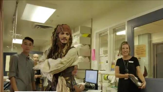 johnny-depp-visits-childrens-hospital-dressed-as-captain-jack-sparrow