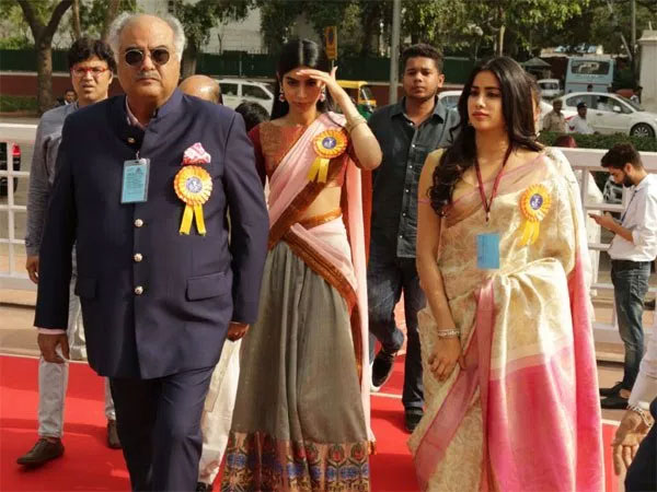 boneykapoorwithdaughtersjanhviandkhushiattendthe65thnationalfilmawards2018