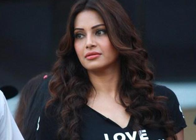 Big B, SRK good on TV: Bipasha Basu