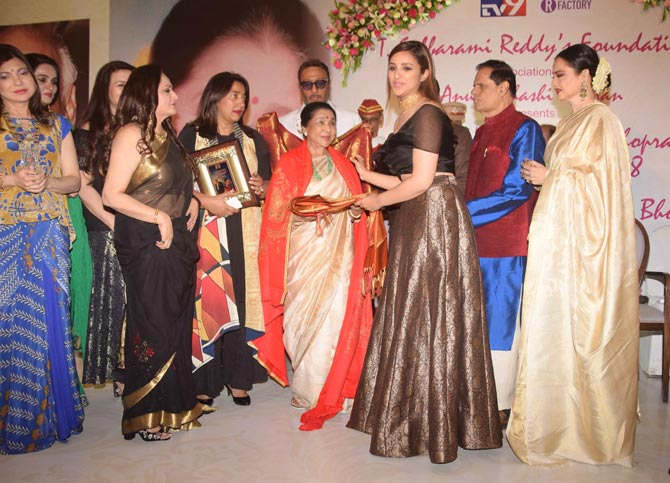 Rekha fecilitates Asha Bhosle with fifth Yash Chopra Memorial Award