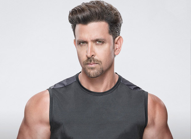 corona-cause-hrithik-roshan-distributes-masks-to-ensure-safety-of-bmc-workers-amid-coronavirus-crisis