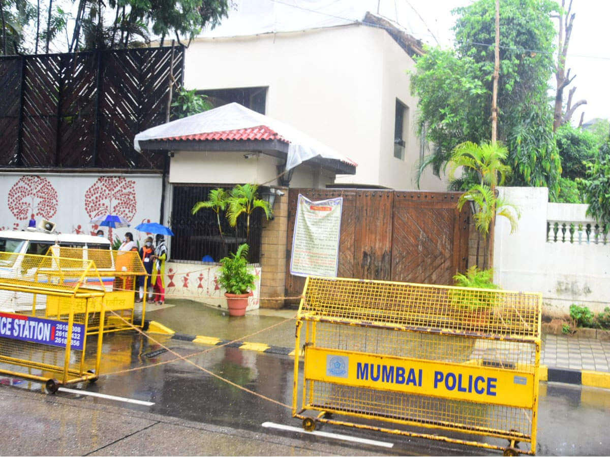Bachchans' four bungalows Jalsa, Pratiksha, Janak and Vatsa sealed after sanitization, Jalsa declared containment zone
