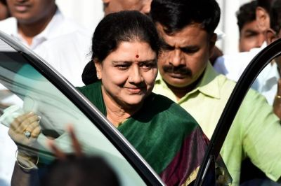As MLAs give the slip, Sasikala camp approaches Congress
