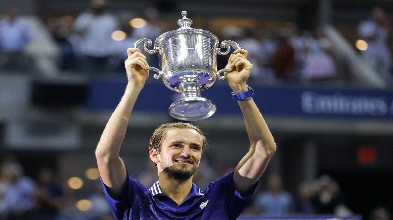 Daniil Medvedev lifts the Grand Slam trophy in the US Open final