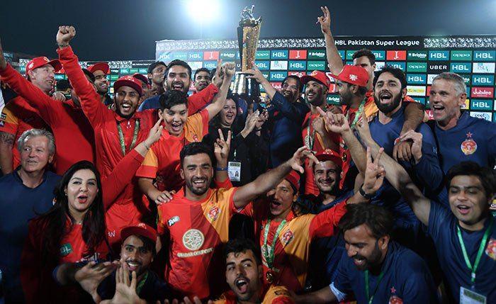 Islamabad United lifts the PSL 2018 title after beating  Peshawar Zalmi by three wickets in the finals
