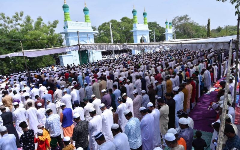 One lakh people offers prayers at Mir Alam Eidgah