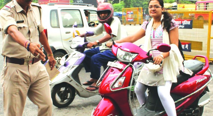 Bike riders threaten city bandh against helmet rule