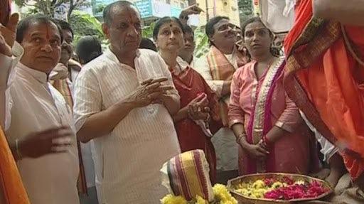Governor ESL Narsimhan performs puja to Khairtabad Ganesh