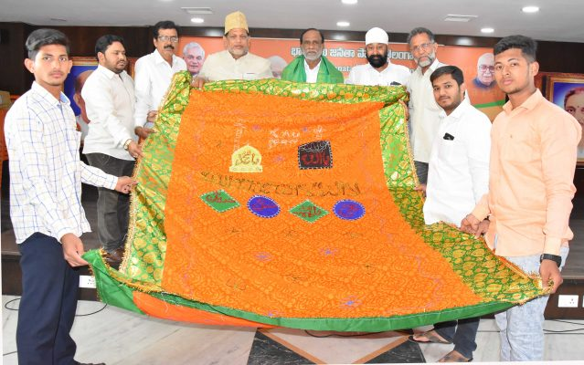 Laxman hands over chadar to be offered at Ajmer Sharif