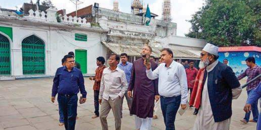 Asaduddin Owaisi inspects Mecca Masjid conservation works