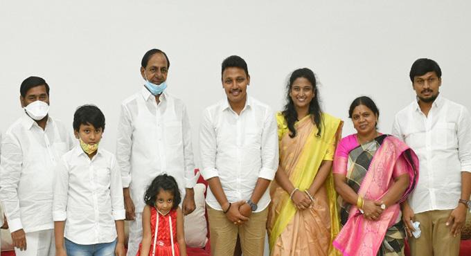 Newly elected MLA Nomula Bhagat visits Pragathi Bhavan