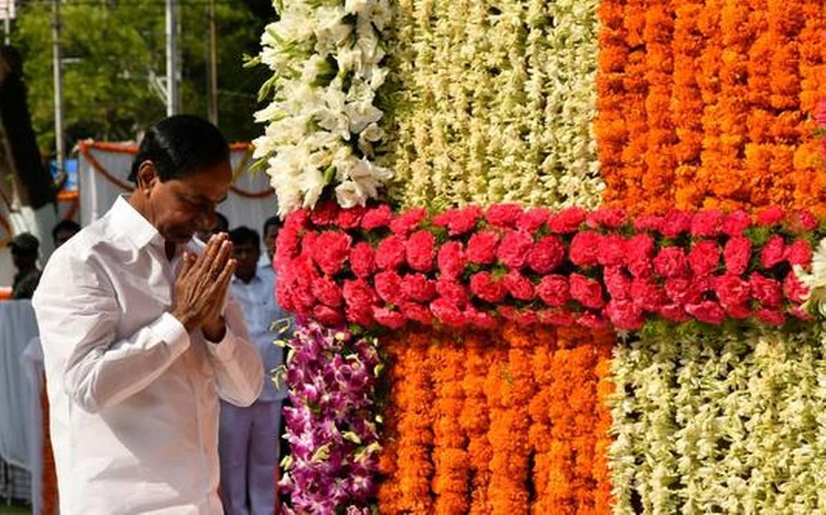 CM K Chandrasekhar Rao pays floral tributes at Gun Park