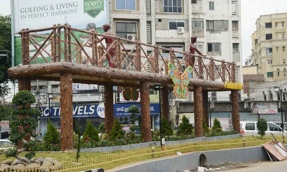 GHMC constructs a wooden bridge at Lakdikapul under beautification programme