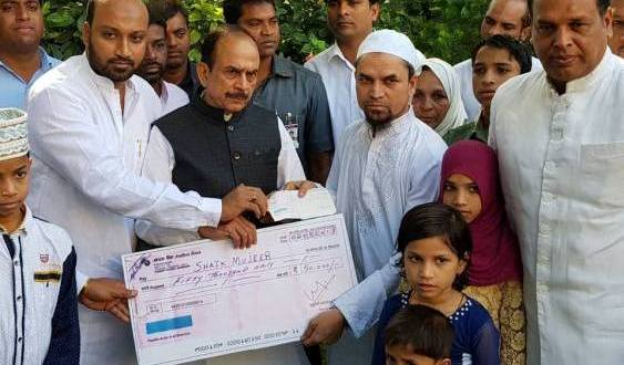 Haj Committee chief Masiullah Khan gives financial assistance from his salary  to pilgrim injured in Haj-2015