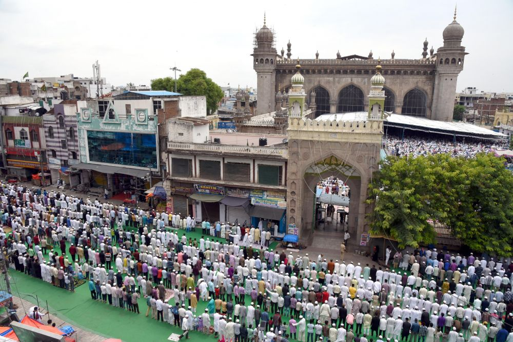 Thousands of people gathered at Mecca Masjid and offered the Juma-Tul-Wida prayers