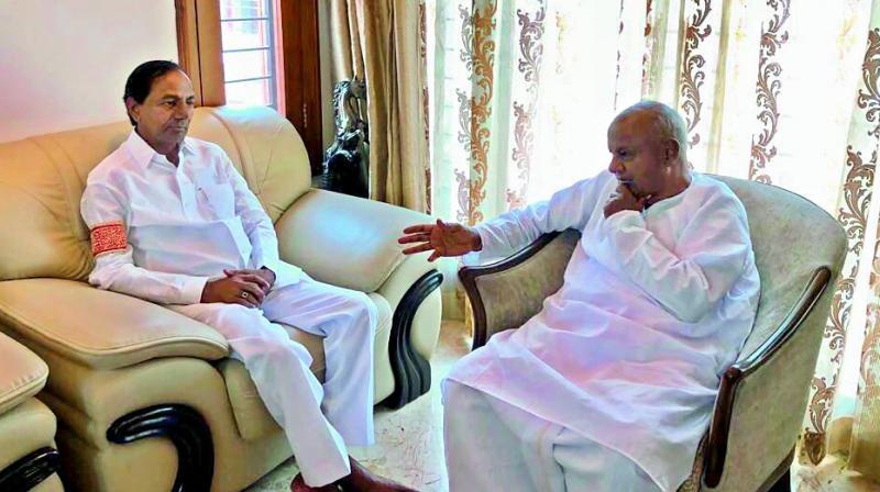 CM KCR meets Deve Gowda,appeals Telugus to vote for JD(S)