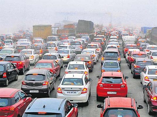 Thick fog hinders traffic flow near Hyderabad