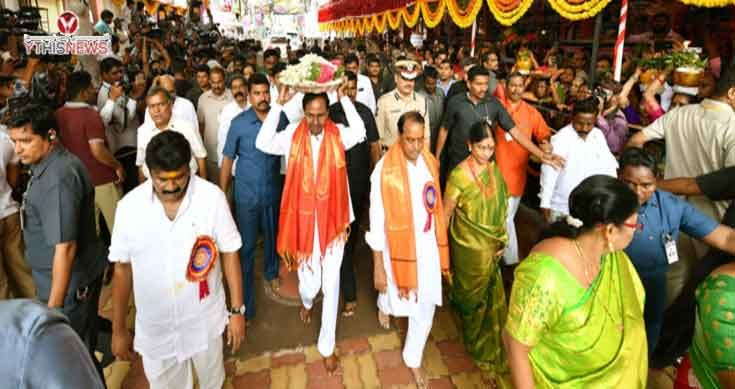 CM KCR offers prayers at Sri Ujjaini Mahankali Temple