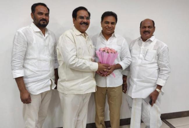 Former Congress MLC Arikela Narsareddy joins TRS