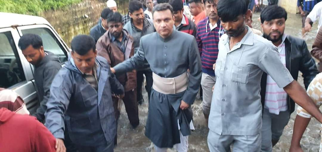 Akbaruddin Owaisi inspects the sanitation works in the flood affected areas