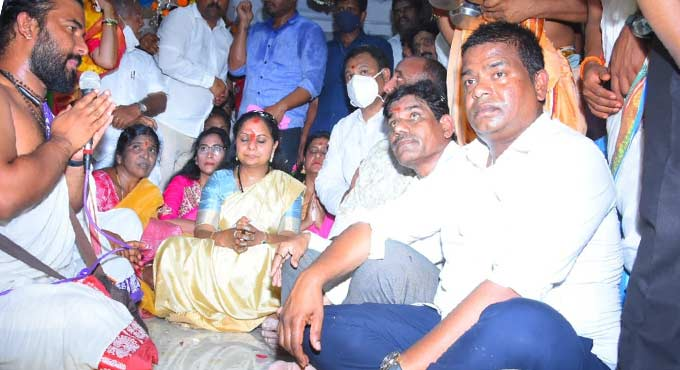 Kavitha offers prayers at renovated Shiva temple