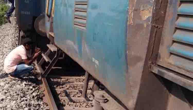 One coach of Secunderabad-Howrah Falaknuma Express derails