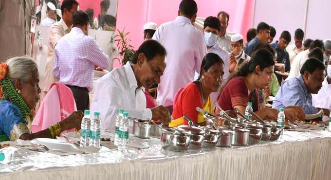 CM KCR accorded grand welcome at Vasalamarri Village