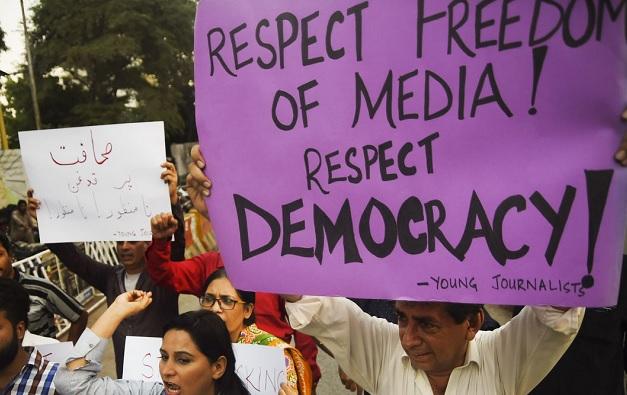 pakistanijournalistsprotestagainstnewlawconcerningpressfreedom