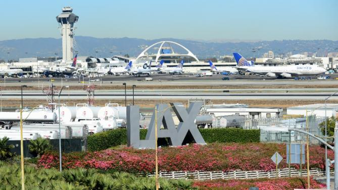 Thunderstrorm knocks out power at Los Angeles airport