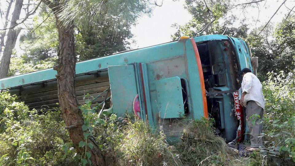 27 killed as bus falls into ravine in Pakistan
