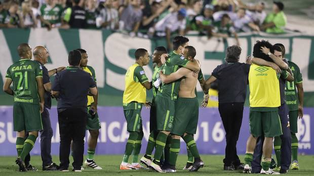 75 dead after plane carrying Brazilian football team crashes in Colombia