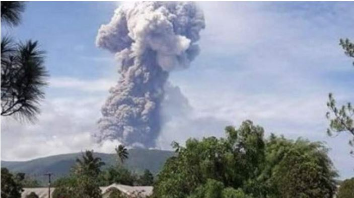 indonesias-soputan-volcano-erupts-ejecting-thick-ash