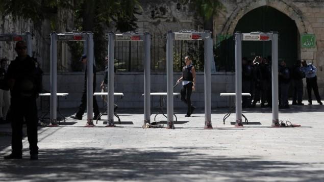 Israel decides to remove metal detectors outside Al Aqsa mosque