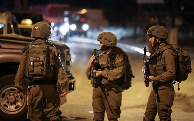 Soldier lightly hurt by Palestinian mob during West Bank raid