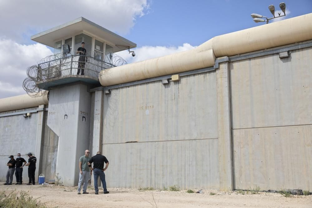 israelsearchesfor6palestiniansafterrareprisonbreak